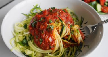 20 Minute Tomato Basil Sauce Over Zoodles (V, GF) | Busy Girl Healthy World